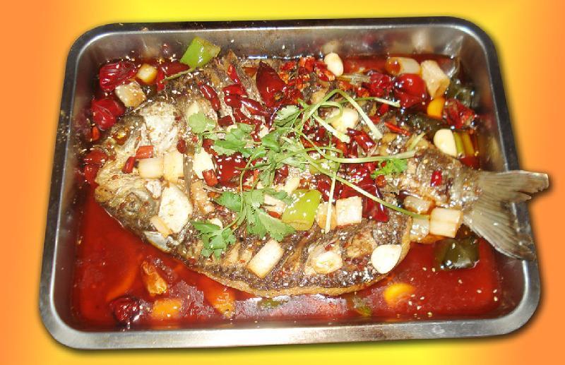 户外烤鱼常见的三种装备 工欲善其事,必先利其器。想获得烤鱼的最高乐趣,首要的任务是要挑选好自己需要的烤鱼装备。烤鱼装备,按其作用不同主要分烤炉、烤具和燃料三种,而这三种装备,也是户外烤鱼时最常见的工具: 一、烤炉: 烤炉的种类和款式很多,其区分的方法也多种多样。按材料分有搪瓷炉、铸铁炉、不锈钢炉、铁皮炉(喷漆喷粉)、砖陶炉和铝箔等。按材料方式不同则有炭炉、汽炉和电炉。按功能不同则有宴会炉、普通家用炉、迷你情侣炉等。 烤鱼的工具根据方法的不同有很多种,明火烤、炭火烤、炉烤、泥烧、竹烤、铁板烧、石板烧、石子